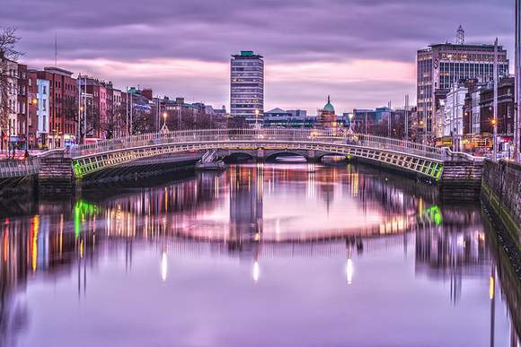 Hapenny-Bridge-or-Halfpenny-Bridge-reflecting-in-the-River-Liffey-in-Dublin